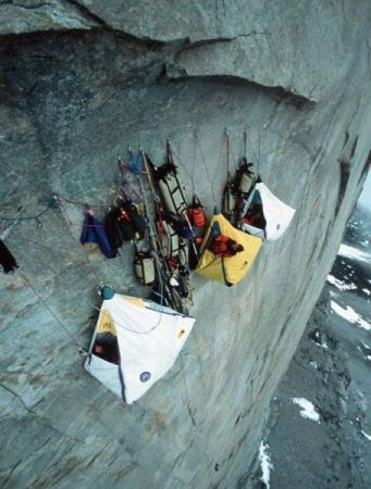 Сон на отвесной скале (21 фото)