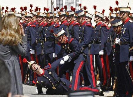 Солдаты упавшие в обморок на официальных церемониях (16 фото)